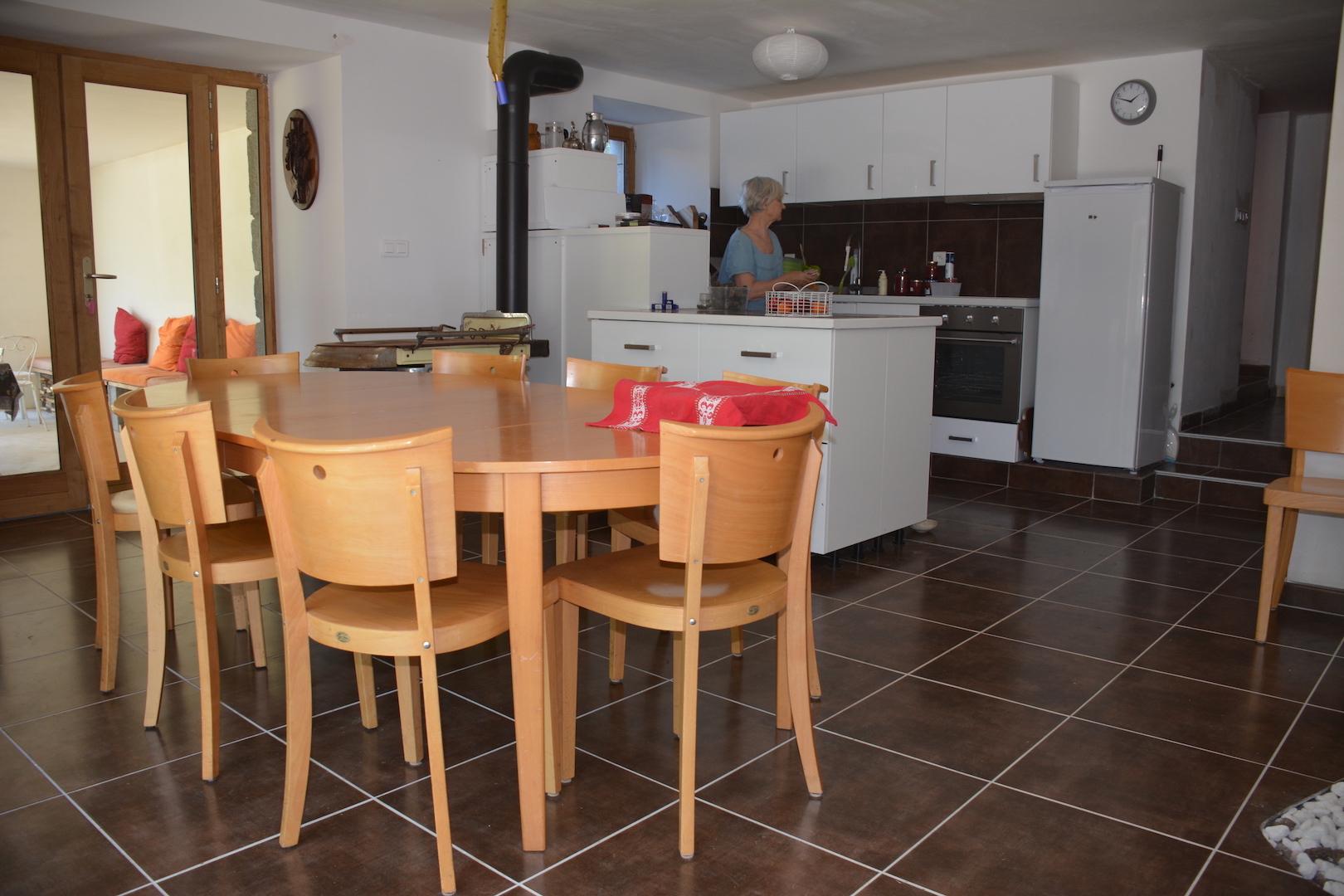 La cuisine et la table de la salle à manger