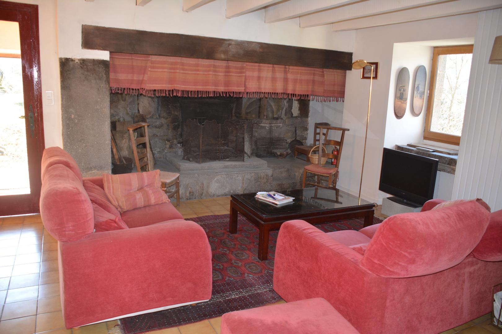 Le coin salon et la cheminée