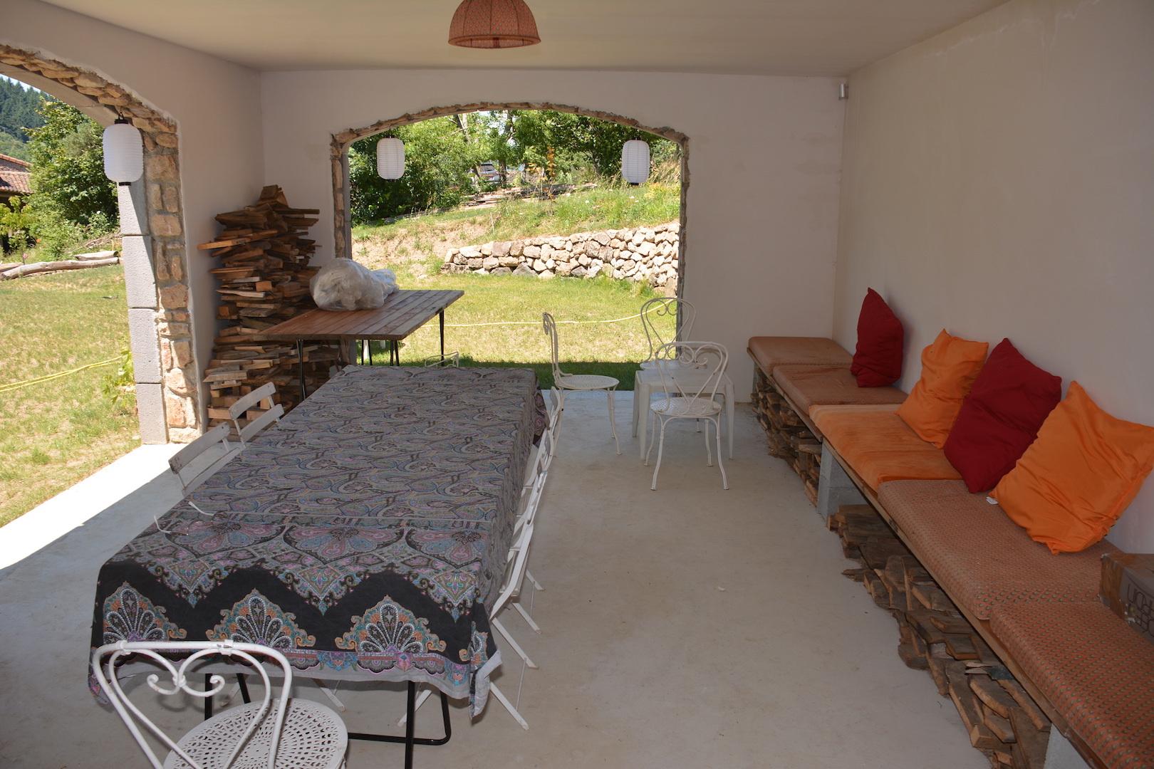 La salle à manger d'été sous le porche peut accueillir 20 convives