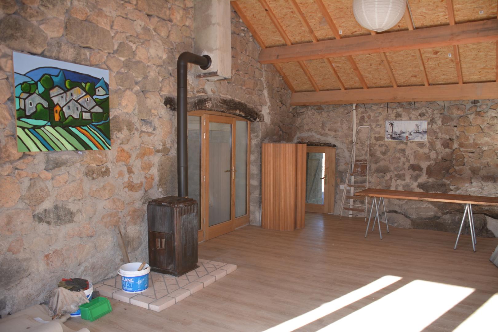 Le poêle à bois permet d'utiliser la salle en saison froide