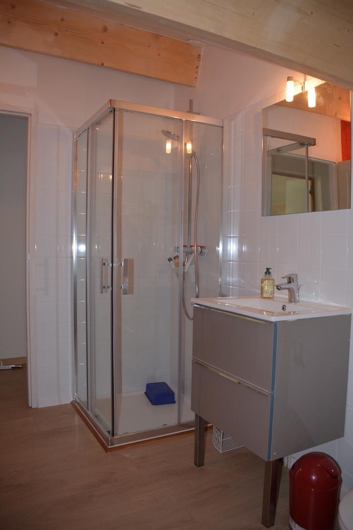 La douche de la salle d'eaux commune