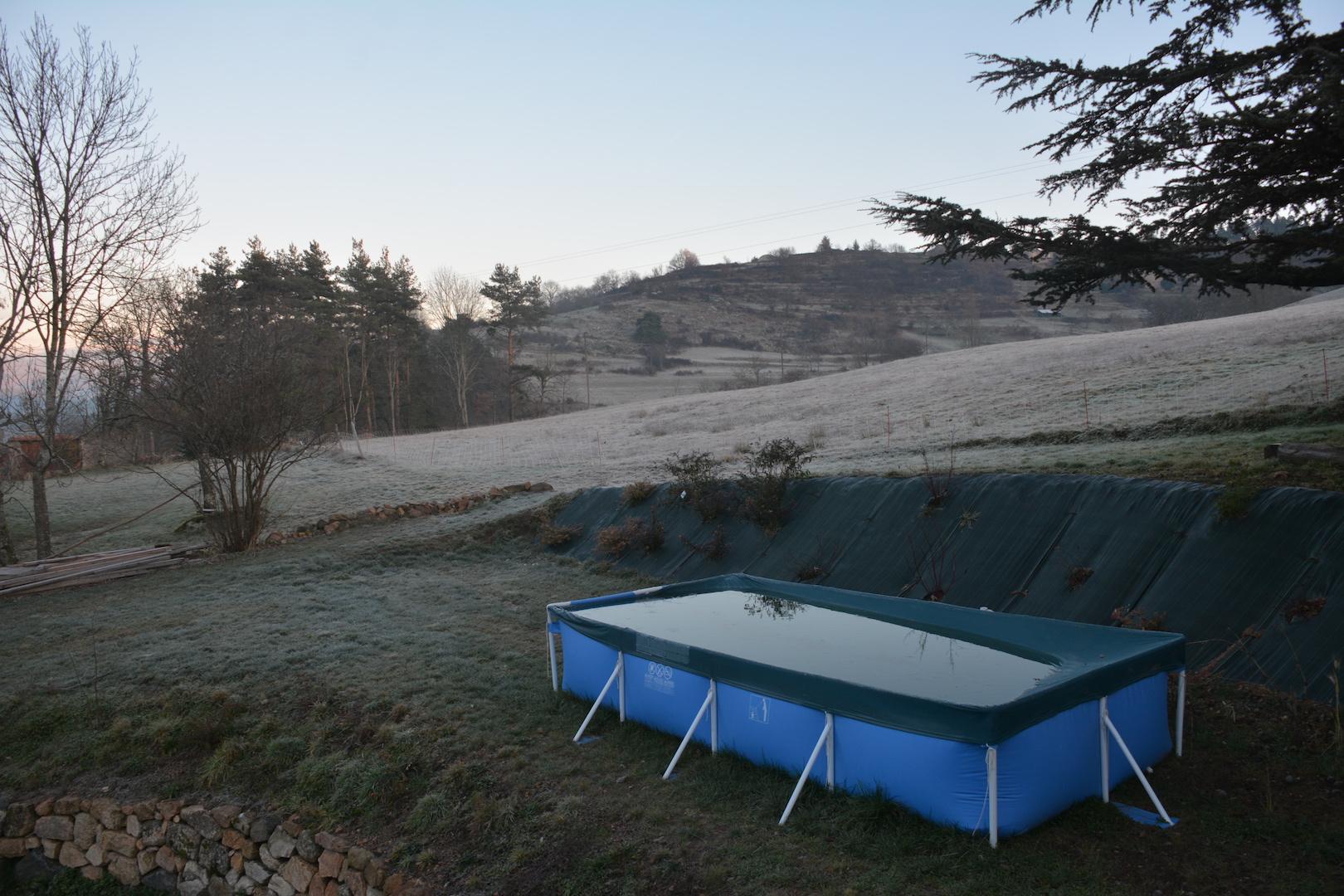 Une petite piscine hors sol agrémente le jardin de l'Ouest
